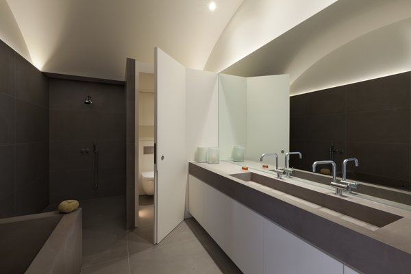 Modern home with bath room and undermount sink. Photo 11 of Hillgate Street Residence