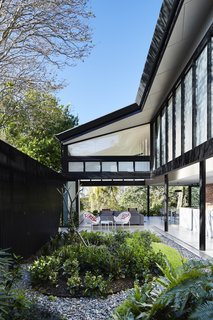 An Edgy Slatted Facade Conceals a Striking Indoor/Outdoor Home in Brisbane - Photo 6 of 11 -
