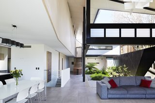 An Edgy Slatted Facade Conceals a Striking Indoor/Outdoor Home in Brisbane - Photo 11 of 11 -