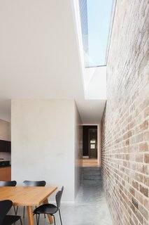A Streamlined Addition Revives a Gloomy Victorian in Sydney - Photo 3 of 8 -