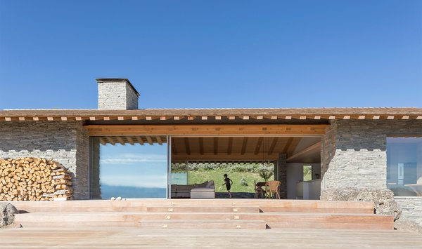 London-based firm McLean Quinlan was asked to create a vacation home that could take advantage of its spectacular location outside Jackson Hole, Wyoming, while also blending in. The resulting design