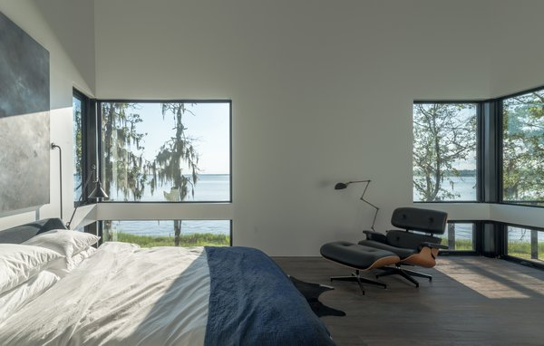 Modern home with bedroom. Photo 5 of Lakefront