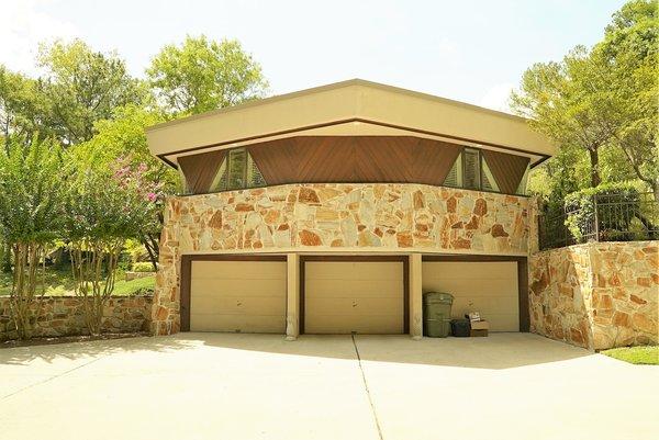 Side of House-3 Car Garage Photo 4 of Bailey/Friedlander House-Robert Greene Designed modern home