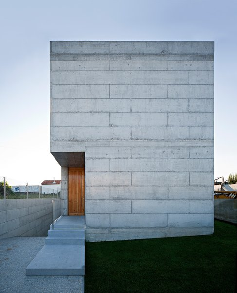 Modern home with outdoor and front yard. Photo 2 of House in Moreira