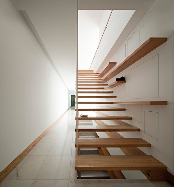 Modern home with staircase and wood tread. Photo 4 of House in Moreira