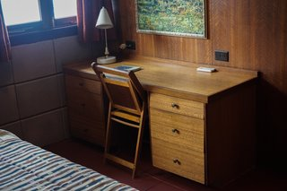 You Can Now Rent Frank Lloyd Wright's Gloriously Restored Eppstein House - Photo 11 of 13 - A vintage writer's desk and chair fill the corner of the bedroom.
