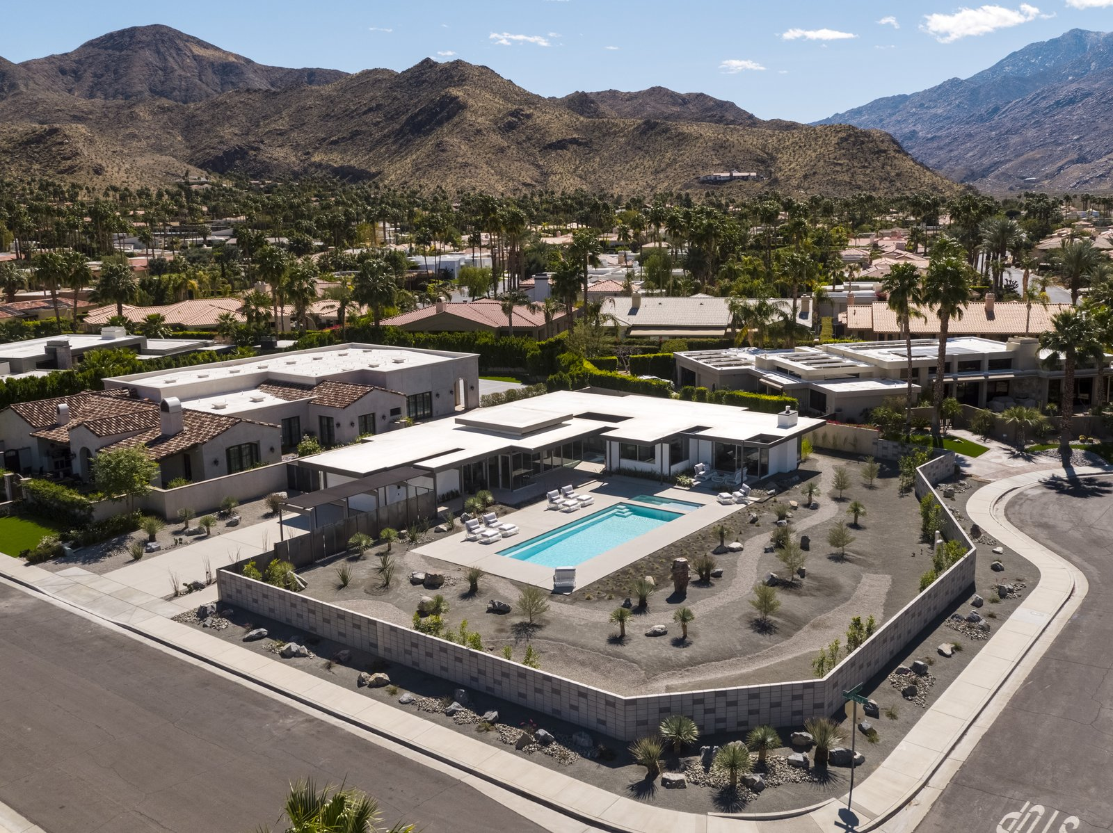 The low lying, horizontal residence sits idyllically at the foothills  of  the Indian Canyons in Palm Springs.
