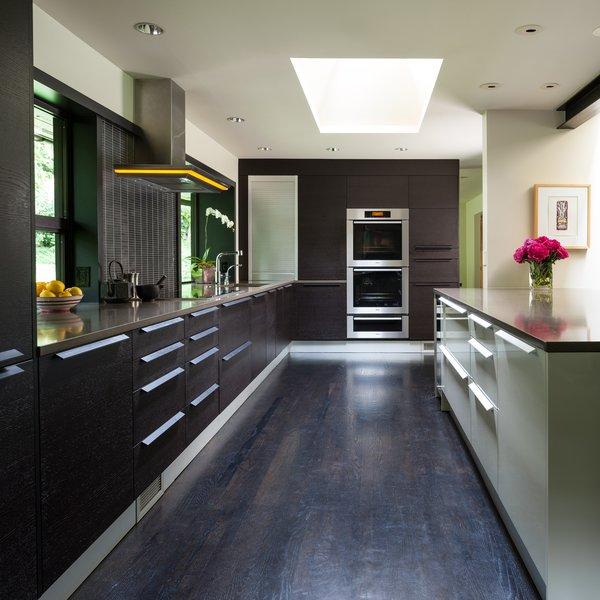 Modern home with kitchen. Medina Residence Photo 3 of Medina Residence