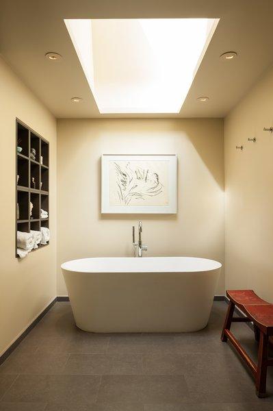 Modern home with bath room. Medina Residence Photo 16 of Medina Residence