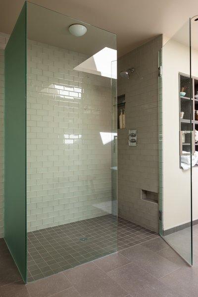 Modern home with bath room. Medina Residence Photo 18 of Medina Residence