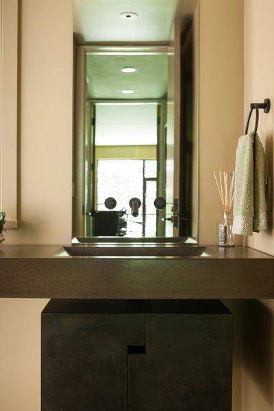 Modern home with bath room. Medina Residence Photo 19 of Medina Residence