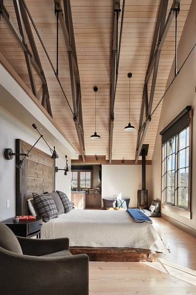 Modern home with bedroom. Manson Barn by SkB Architects Photo 13 of Manson Barn