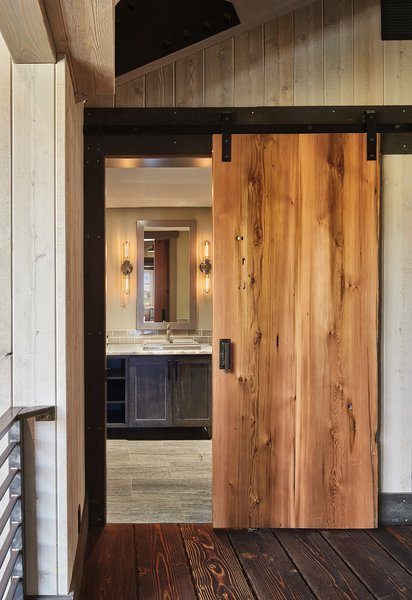 Modern home with bath room. Manson Barn by SkB Architects Photo 9 of Manson Barn