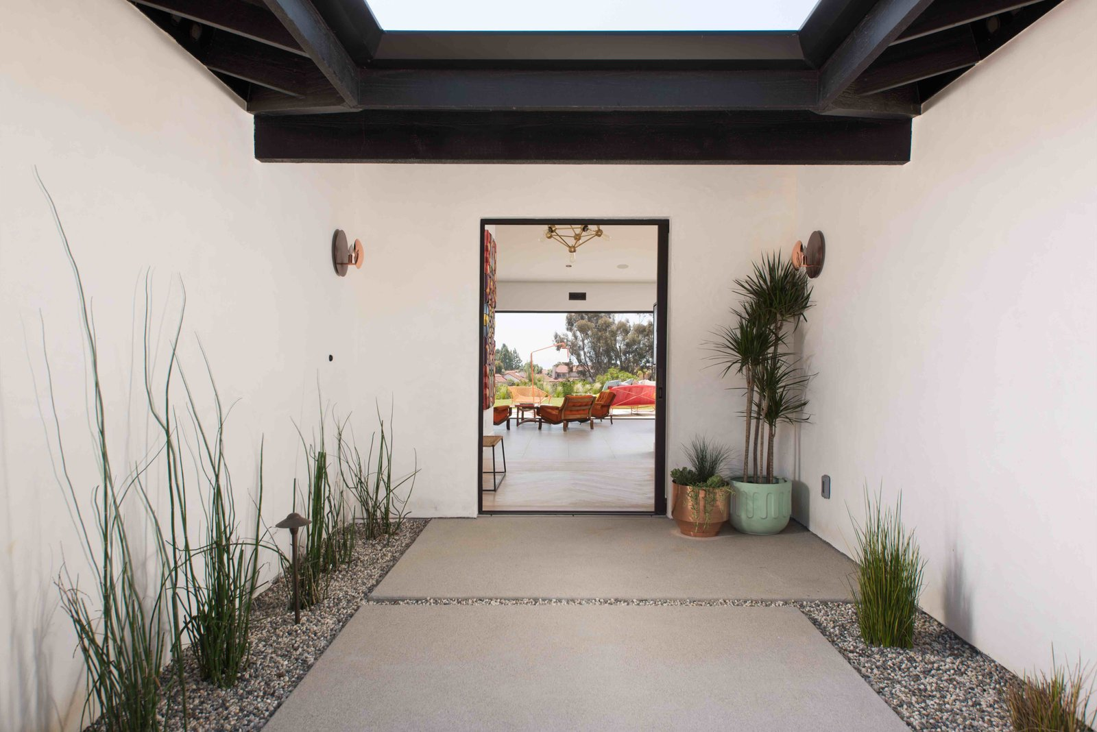 A modern mix of unpretentious, yet luxurious design elements resulted in an awe-inspiring, sophisticated and lighthearted living space with a seamless transition between indoors and out. The extraordinary high ceilings and volume contributes to its welcome feeling.  Tagged: Outdoor, Grass, Landscape, Shrubs, Walkways, and Hanging.  Best Outdoor Hanging Photos from fachadas
