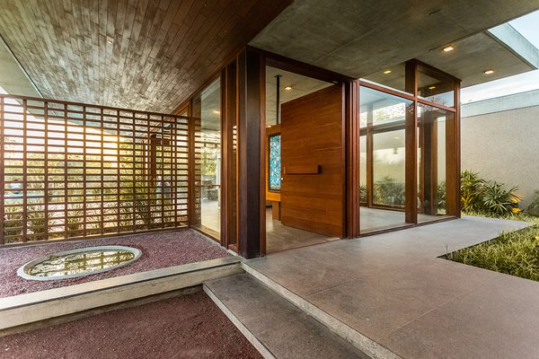 Rejuvenating entrance of a retreat home. Photo 5 of The Open house modern home