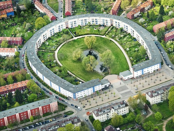 "Modern home with outdoor. aerial view of the UNESCO World Heritage ""Hufeisensiedlung"" (Horseshoe Estate) in Berlin Photo 12 of Taut´s Home (Tautes Heim) - Rentable museum of design and architecture of the 1920s"
