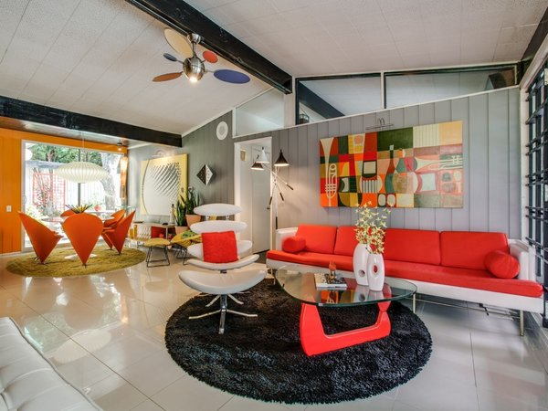 Modern home with living room, sofa, porcelain tile floor, chair, and ceiling lighting. Photo 6 of Candy-Colored Mid-Century Modern Throwback
