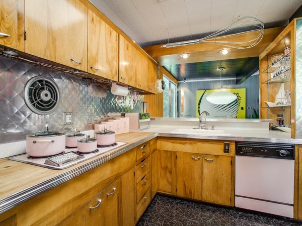 Modern home with kitchen, metal backsplashe, dishwasher, cooktops, and drop in sink. Photo 15 of Candy-Colored Mid-Century Modern Throwback