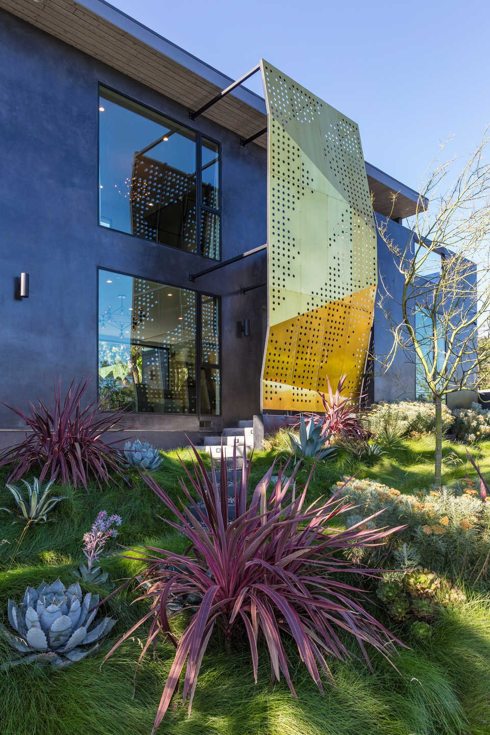 Tagged: Outdoor, Side Yard, Front Yard, Shrubs, Grass, Gardens, Slope, and Trees.  Italian Modernist Home by Zillow