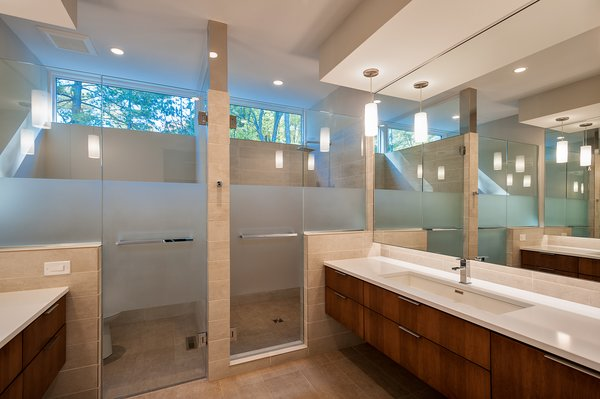 Modern home with bath room and enclosed shower. Photo 5 of Orange Residence