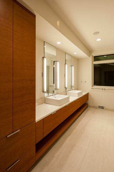 Modern home with bath room. Photo 6 of Solon Residence