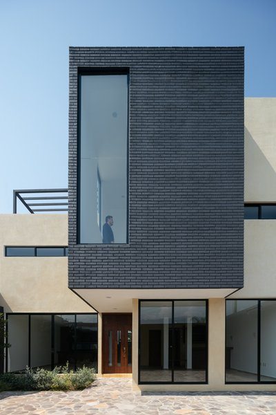 Modern home with outdoor, vertical fence, and front yard. Photo  of Nacional 135 House
