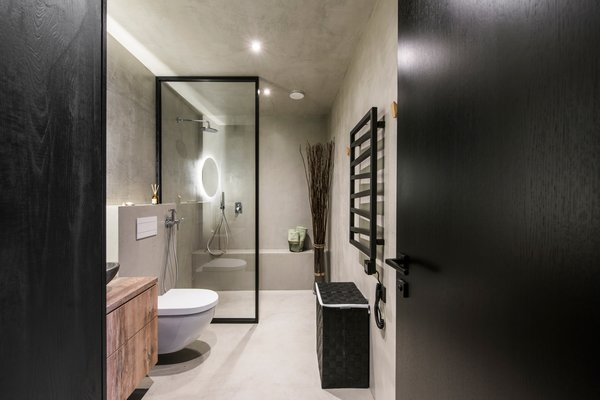 Modern home with bath room, laminate counter, concrete floor, vessel sink, accent lighting, ceiling lighting, open shower, wall lighting, concrete wall, and one piece toilet. Photo 13 of Drills&Hollywood