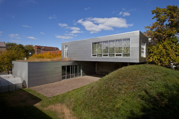 Dwelling connects green roof to mound