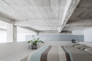 An Ingenious Gold Island Transforms an Industrial Apartment in Paris - Photo 5 of 16 -